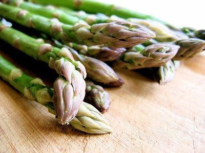 asparagus on a chopping board