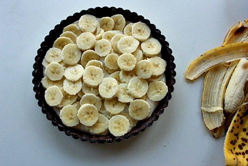 bananas on top of cream tart